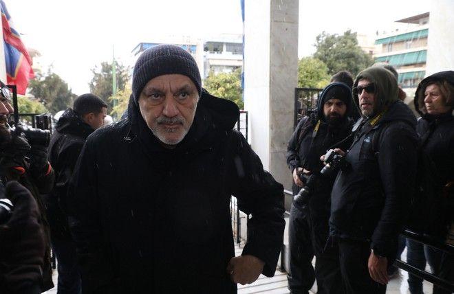 Ο Νίκος Πορτοκάλογλου στην κηδεία του Θάνου Μικρούτσικου