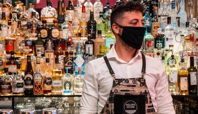 Ο Γιάννης είναι bartender στο Tailor's House