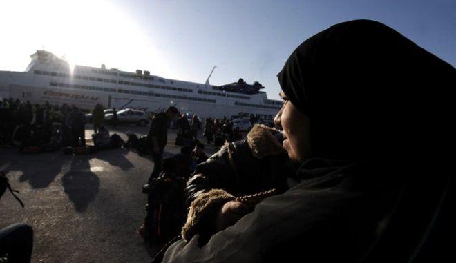 Στον σταθμό επιβατών του ΟΛΠ στην πύλη Ε2 παραμενουν περίπου 1200 πρόσφυγες και μετανάστες που έφτασαν σήμερα το πρωί στο λιμάνι του Πειραιά από την Μυτιλήνη,Τρίτη 23 Φεβρουαρίου 2016 (EUROKINISSI/ΤΑΤΙΑΝΑ ΜΠΟΛΑΡΗ)