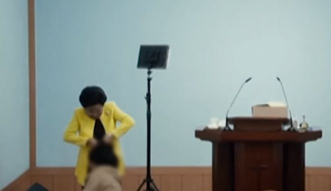 """Σοκαριστικό βίντεο: Πάστορας """"εξαγνίζει"""" τους ακολούθους της με χαστούκια και βία"""