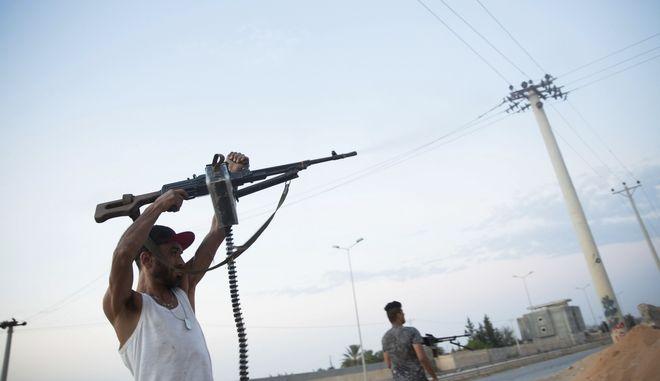 Στρατιώτες της κυβέρνησης που υποστηρίζεται από τα Ηνωμένα Έθνη σε εχθροπραξίες στα Νότια της Τρίπολης