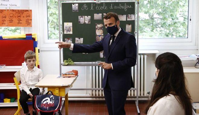 Ο Γάλλος πρόεδρος Εμμανουέλ Μακρόν σε επίσκεψή του σε σχολείο