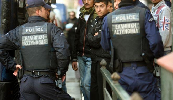 Συνεχίζονται οι επιχειρήσεις της αστυνομίας στο κέντρο της Αθήνας για την σύλληψη παράνομων μεταναστών,στιγμιότυπα από την οδό Πατησίων,29 Μαρτίου 2012 (EUROKINISSI/ΤΑΤΙΑΝΑ ΜΠΟΛΑΡΗ)