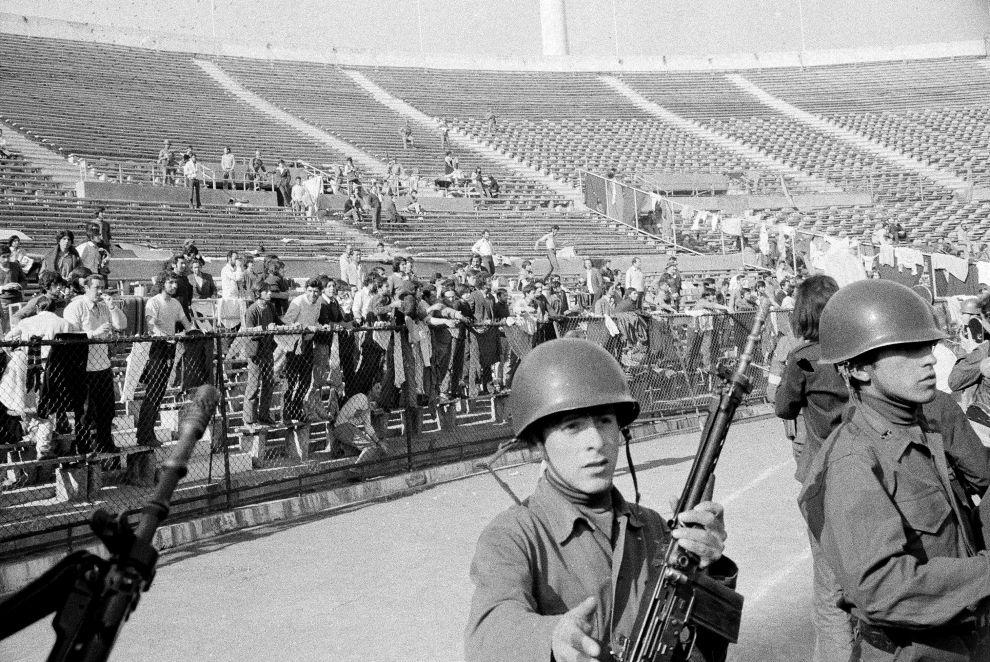 Οι πρώτοι συλληφθέντες κατά τη διάρκεια του πραξικοπήματος, κρατούνται μέσα στο Εθνικό Στάδιο του Σαντιάγο (11/9/1973).