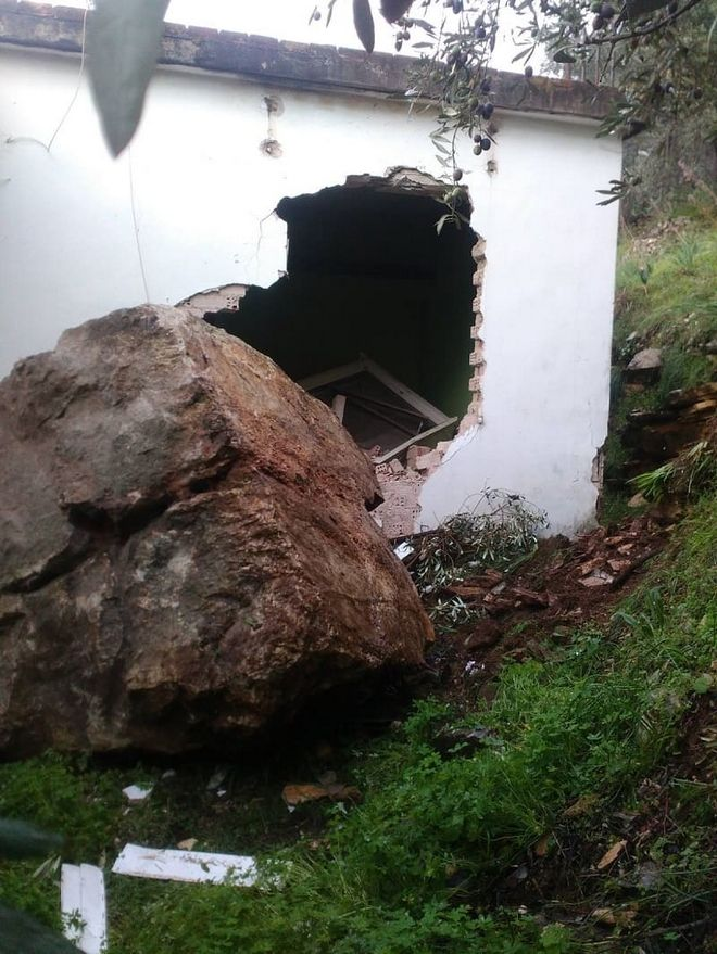 Άρτα: Τεράστιος βράχος έπεσε με ορμή σε σπίτι - Ο τοίχος κατέρρευσε