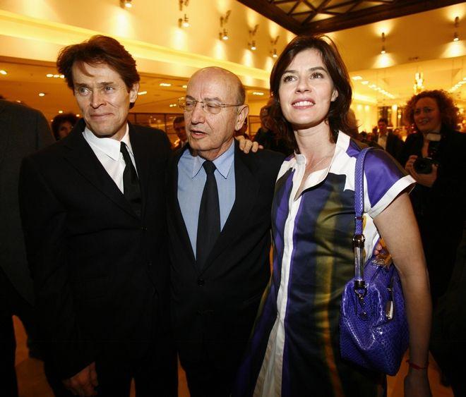 Ο Θόδωρος Αγγελόπουλος μαζί με τους ηθοποιούς Γουίλεμ Νταφόε και Ιρέν Ζακόμπ