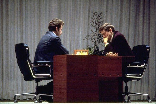 Ο Bobby Fischer, δεξιά και ο Boris Spassky παίζουν το τελευταίο τους παιχνίδι στο Ρέικιαβικ της Ισλανδίας στις 31 Αυγούστου 1972.