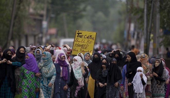 Γυναίκες στο Κασμίρ διαδηλώνουν μετά τον βιασμό ενός 3χρονου παιδιού