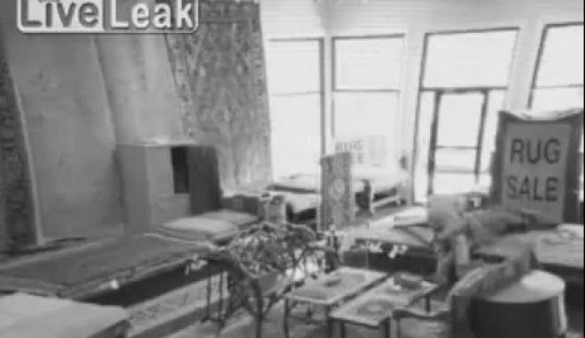 Βίντεο: Τύλιξε τον κλέφτη στο χαλί