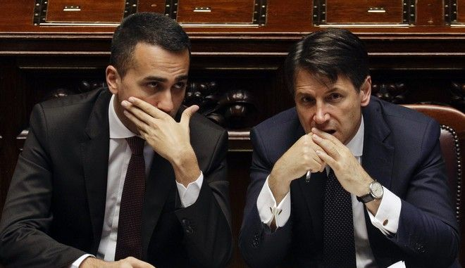 O πρωθυπουργός της Ιταλίας Τζουζέπε Κόντε και ο αντιπρόεδρος της κυβέρνησης Λουίτζι Ντι Μάιο στην ιταλική βουλή.