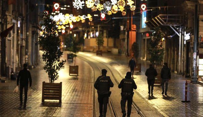 Άδειοι δρόμοι στην Τουρκία