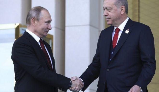 Πούτιν και Ερντογάν ανταλλάσσουν χειραψία στην Άγκυρα(φωτό αρχείου)