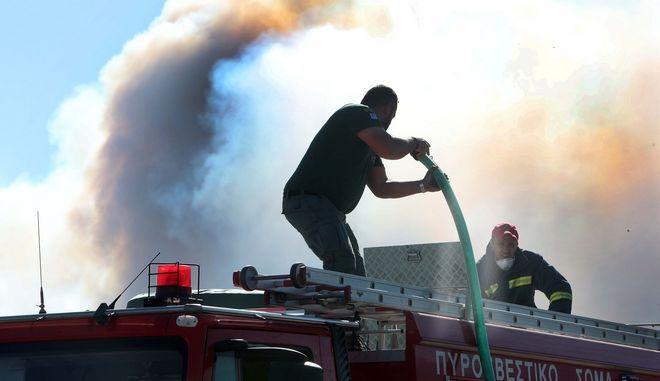 Πυροσβέστες επιχειρούν για την κατάσβεση φωτιάς - Φωτογραφία αρχείου