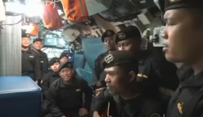 Το πλήρωμα του βυθισμένου υποβρυχίου τραγουδά