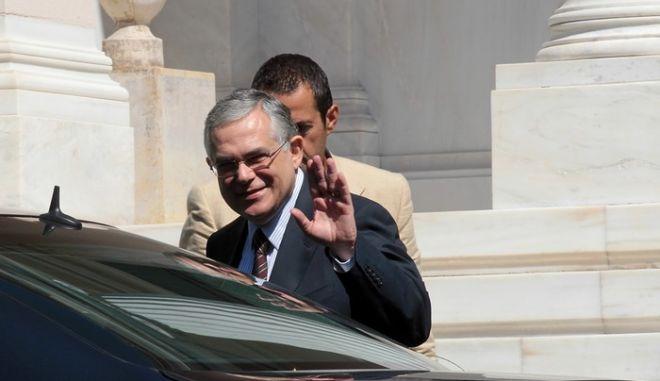 Ο πρώην αντιπρόεδρος της Ευρωπαικής Κεντρικής Τράπεζας Λουκάς Παπαδήμος βγαίνει από το Μέγαρο Μαξίμου μετά την συνάντηση που είχε με τον πρωθυπουργό Γιώργο Παπανδρέου, Αθήνα Τρίτη 31 Αυγούστου 2010. ΑΠΕ-ΜΠΕ/ΑΠΕ-ΜΠΕ/ΟΡΕΣΤΗΣ ΠΑΝΑΓΙΩΤΟΥ