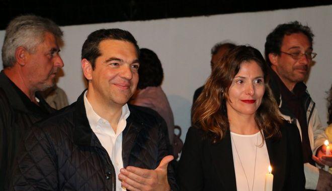 """Το φιλί του Αλέξη Τσίπρα στην Μπέτυ Μπαζιάνα για το """"Χριστός Ανέστη"""""""