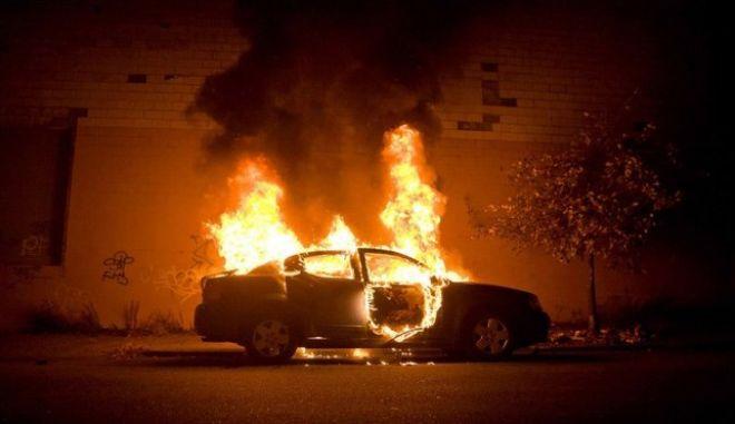 Στις φλόγες δύο αυτοκίνητα έξω από το ναύσταθμο της Σούδας