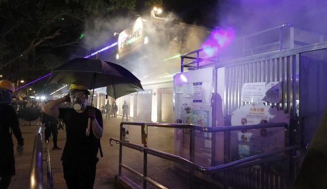Εικόνα από διαδήλωση στο Χονγκ Κονγκ κατά την οποία η αστυνομία έκανε χρήση δακρυγόνων