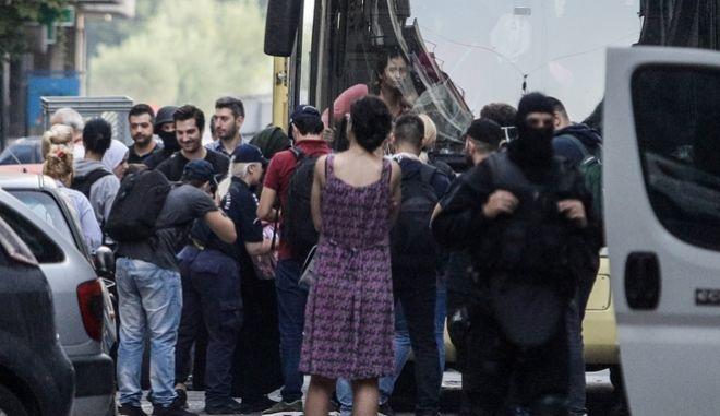 Επιχείρηση της Ελληνικής Αστυνομίας επί της οδού Σπύρου Τρικούπη 57 στα Εξάρχεια για την εκκένωση σε υπό κατάληψη κτήριο στο οποίο διαμένουν πρόσφυγες και μετανάστες.