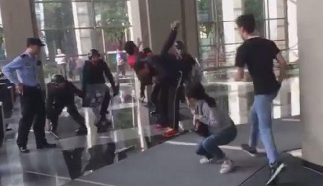 Απίστευτο βίντεο: Απελευθερώνει όμηρο με κίνηση Τζούντο