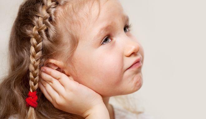Κορίτσι υποφέρει από Ωτίτιδα