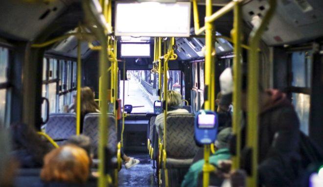 Στιγμιότυπο μέσα από ένα λεωφορείο στην Αθήνα