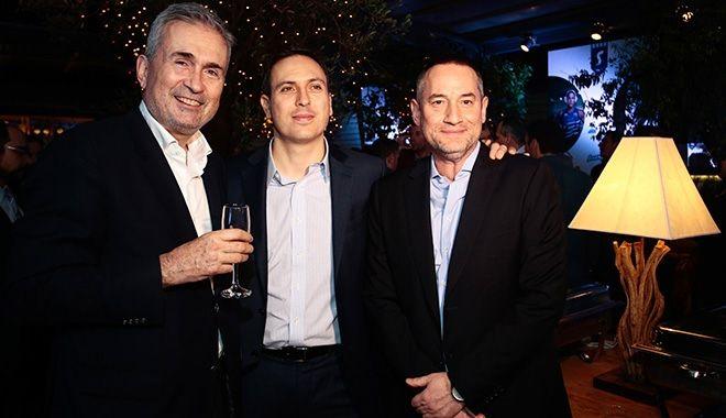 Από αριστερά: Ο Αντιπρόεδρος της Stoiximan Γιάννης Σπανουδάκης, ο CEO της Stoiximan, Γιώργος Δασκαλάκης και ο πρόεδρος του ομίλου 24MEDIA και μέτοχος της Stoiximan Δημήτρης Μάρης.