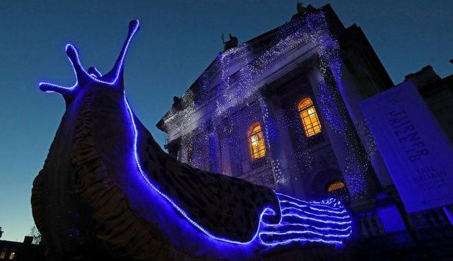 """Η γκαλερί Tate Britain """"φόρεσε"""" για τα Χριστούγεννα τεράστιους γυμνοσάλιαγκες"""