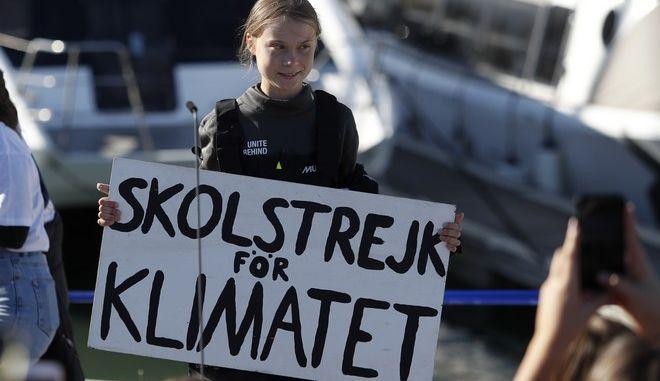 Η ακτιβιστής της κλιματικής αλλαγής Greta Thunberg κατέχει μια πινακίδα με τίτλο «Σχολική απεργία για το κλίμα»