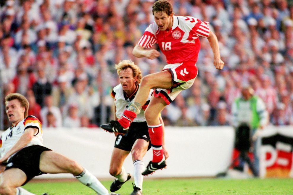 Ο Κιμ Βίλφορτ πετυχαίνει το 2-0 επί της Γερμανίας, παρά την προσπάθεια των Μπρέμε και Χέλμερ (26/6/1992).