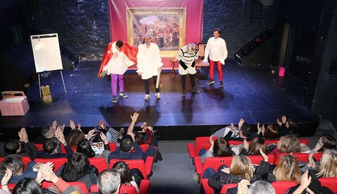 Τα μέλη της θεατρικής ομάδας Walkabout καταχειροκροτούνται από το κοινό