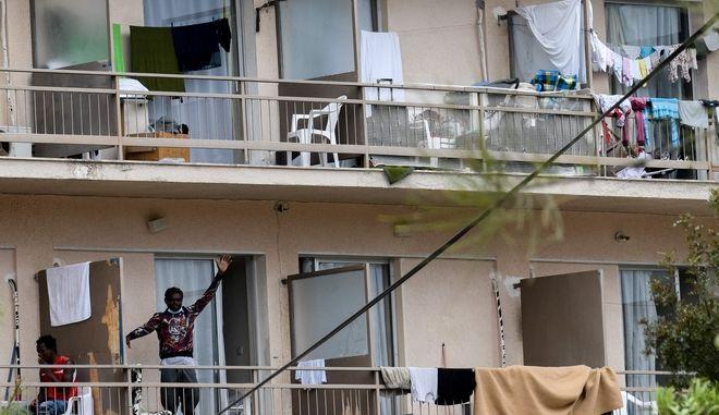 Το ξενοδοχείο όπου φιλοξενούνταν πρόσφυγες και μετανάστες