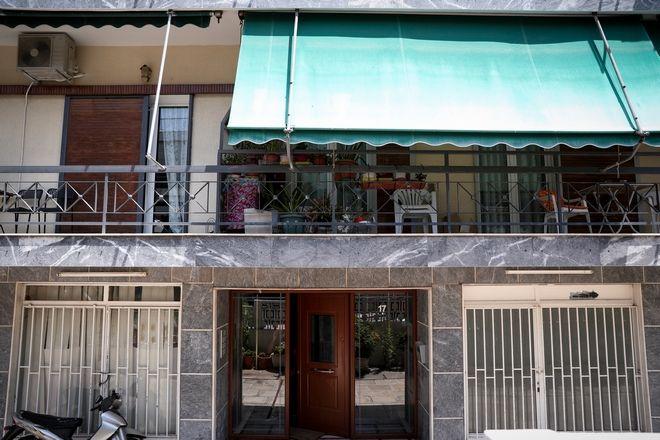 Η είσοδος της πολυκατοικίας όπου βρέθηκε νεκρή η 31χρονη στη Δάφνη
