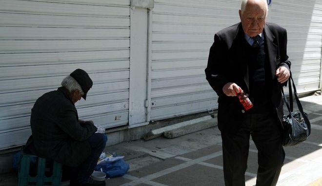Συνταξιούχοι στην οδό Σταδίου σε στιγμιότυπο σήμερα,Δευτέρα 03 Μαϊου 2010 (EUROKINISSI / ΧΑΣΙΑΛΗΣ ΒΑΪΟΣ)