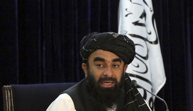 Ο εκπρόσωπος των Ταλιμπάν Zabihullah Mujahid μιλάει κατά τη διάρκεια συνέντευξης Τύπου στην Καμπούλ