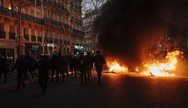 """Οχήματα καίγονται στην πρόσφατη διαδήλωση των """"κίτρινων γιλέκων"""" στο Παρίσι"""