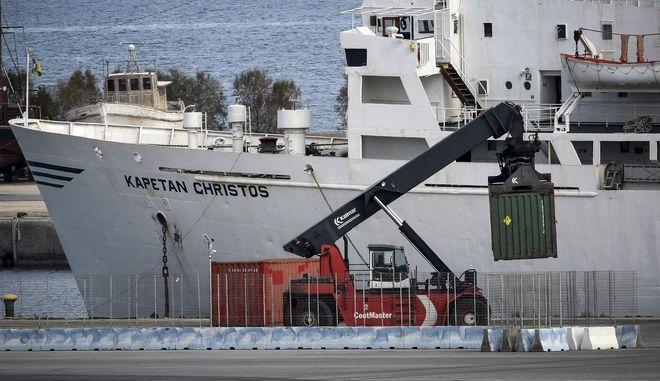 """Επιχείρηση για την απομάκρυνση, από το λιμάνι του Ηρακλείου, των 410 τόνων εκρηκτικών, που εντοπίστηκαν στο πλοίο """"Andromeda"""" στα ανοιχτά της Κρήτης, την Τρίτη 16 Ιανουαρίου 2018. Η επιχείρηση βρίσκεται σε πλήρη εξέλιξη παρουσία πυροτεχνουργών, υπό την αιγίδα του Υπουργείου Ναυτιλίας και υπό τον συντονισμό των λιμενικών αρχών του Ηρακλείου ενώ δρακόντεια είναι τα μέτρα που έχουν ληφθεί στην συγκεκριμένη περιοχή. Εφόσον ολοκληρωθεί η διαδικασία απομάκρυνσης των 29 κοντέινερ, το φορτίο των 410 τόνων εκρηκτικών αναμένεται να μεταφερθεί σε ειδική αποθήκη του Στρατού Ξηράς, πιθανόν στη Βόρεια Ελλάδα. (EUROKINISSI/ΣΤΕΦΑΝΟΣ ΡΑΠΑΝΗΣ)"""