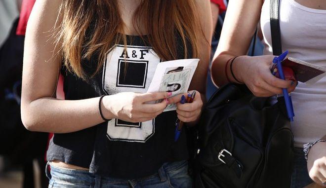 Μαθητές στο 46ο Λύκειο Αθηνών στα Εξάρχεια περιμένουν για την έναρξη των Πανελλαδικών Εξετάσεων την Δευτέρα 18 Μαΐου 2015. Οι πανελλαδικές εξετάσεις για τους φετινούς υποψηφίους που διεκδικούν την εισαγωγή τους στην τριτοβάθμια εκπαίδευση, ξεκίνησαν με το μάθημα της Νεοελληνικής Γλώσσας.  (EUROKINISSI/ΣΤΕΛΙΟΣ ΜΙΣΙΝΑΣ)