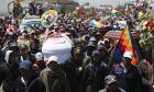 Καρέ από τη μεγάλη πορεία στη Βολιβία με τα φέρετρα των νεκρών διαδηλωτών
