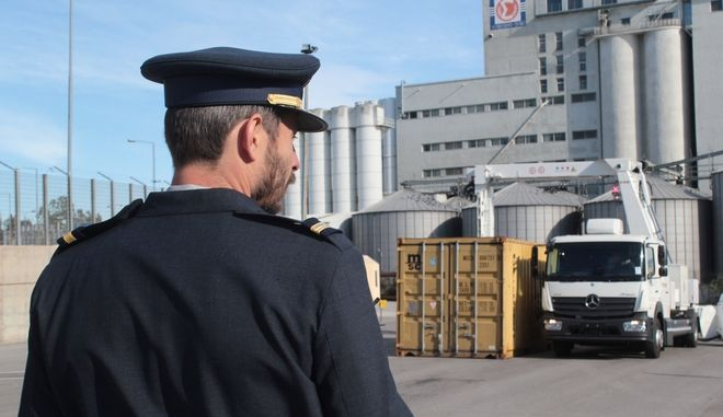 """Παρουσίαση του αυτοκινούμενου συστήματος ελέγχου ακτινών Χ, στον προαύλιο χώρο της αποθήκης Γ4 του Ο.Λ.Π. την Πέμπτη 1 Δεκεμβρίου 2016. Το αυτοκινούμενο σύστημα ελέγχου ακτινών Χ, αποτελεί δωρεά της εταιρίας """"ΠΑΠΑΣΤΡΑΤΟΣ"""" προς το Υπουργείο Οικονομικών και η λειτουργία του συμβάλει στην καταπολέμηση της φοροδιαφυγής και του λαθρεμπορίου. (EUROKINISSI/ΣΤΕΛΙΟΣ ΣΤΕΦΑΝΟΥ)"""