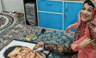 Η παράλυτη Ιρανή που ζωγράφισε με τo πόδι τα πορτρέτα Μέσι - Ρονάλντο