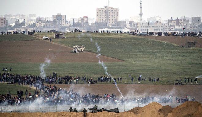 Στιγμιότυπο από τις αιματηρές συγκρούσεις στη Λωρίδα της Γάζας. Στους 17 οι νεκροί, περισσότεροι από 1.400 οι τραυματίες