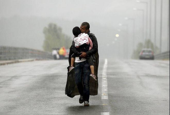 Μια από τις διασημότερες φωτογραφίες του. Πρόσφυγας κρατά στην αγκαλιά του την κορούλα του στη βροχή. Βραβεύτηκε με Πούλιτζερ