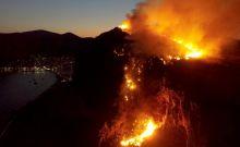 Μαίνεται η φωτιά στο κάστρο της Μονεμβασιάς