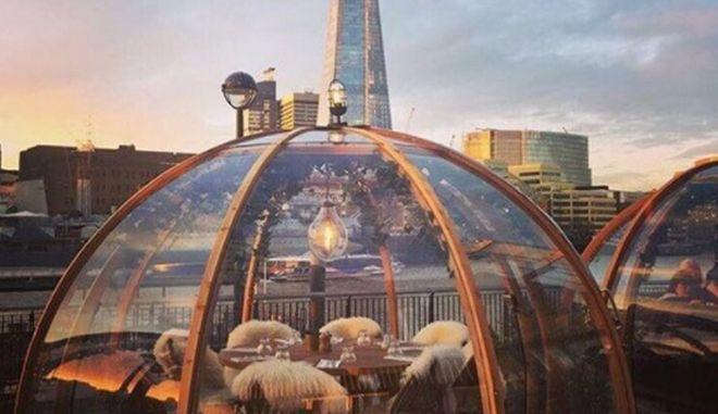 Λονδίνο: Δείπνο σε ιγκλού με φόντο τις όχθες του Τάμεση