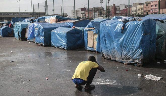 Μετανάστης πλένεται σε καμπ στην Καζαμπλάνκα του Μαρόκου