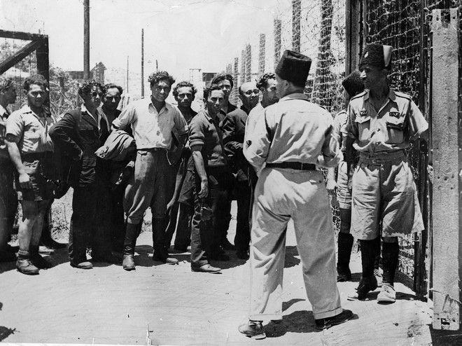 Εβραίοι μετανάστες πριν μπουν στο καμπ του Αθλίτ. Τους υποδέχονται Παλαιστίνιοι αστυνομικοί.