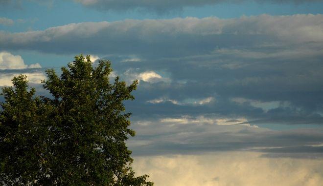 Σύννεφα στον ουρανό πάνω από την πόλη των Τρικάλων. Άστατος παρουσιάζεται ο καιρός σε ένα μεγάλο κομμάτι της ηπειρωτικής Ελλάδας, αίθριος το πρωΐ, τοπικές νεφώσεις, βροχές και καταιγίδες κυρίως τις μεσημβρινές και απογευματινές ώρες. (EUROKINISSI/ΘΑΝΑΣΗΣ ΚΑΛΛΙΑΡΑΣ)