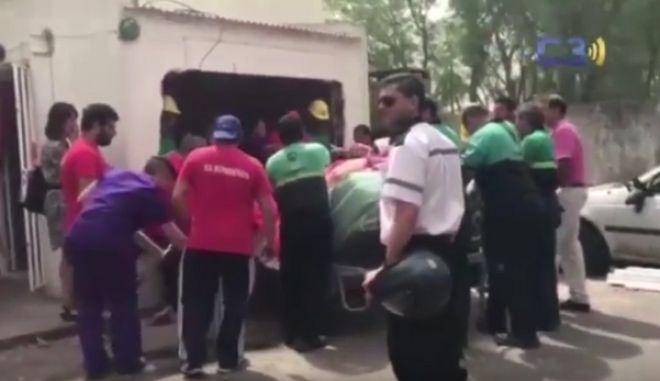 Βίντεο: Γκρέμισαν τοίχο για να μεταφέρουν γυναίκα 490 κιλών στο νοσοκομείο