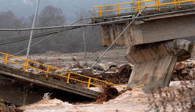 Κατάρρευση γέφυρας από την υπερχείλιση του Πηνειού ποταμού κοντά στην Διάβα Καλαμπάκας τον Ιανουάριο του 2016.